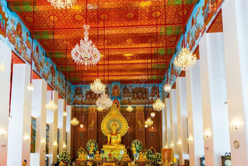 Ljus härlig inre av en buddistisk tempel i Bangkok, Thail royaltyfria bilder