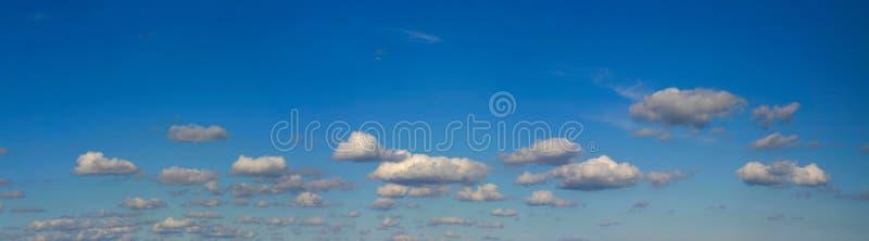 ljus hög panoramaupplösningssky arkivbild