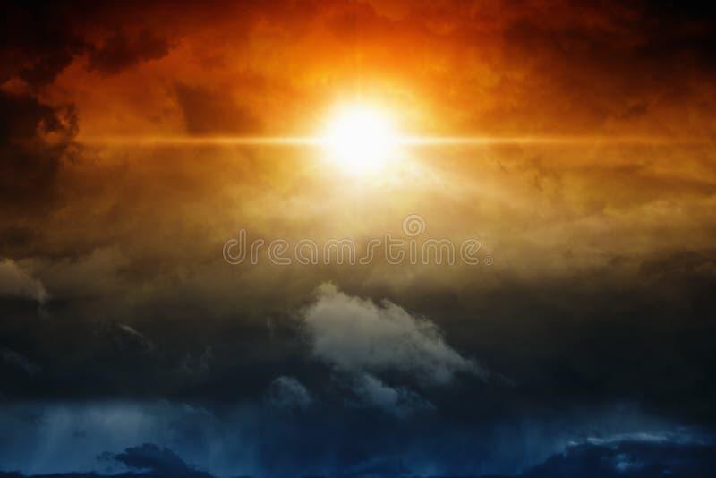 Ljus i mörk himmel royaltyfri fotografi