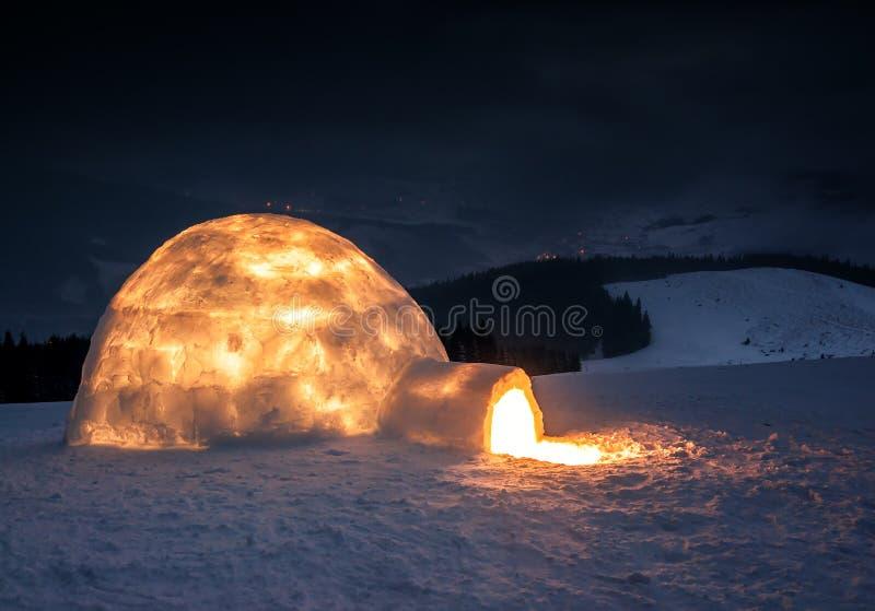 Ljus i verklig snöigloo royaltyfri fotografi