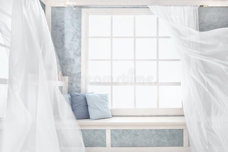 Ljus inre, fönster med gardiner royaltyfria bilder