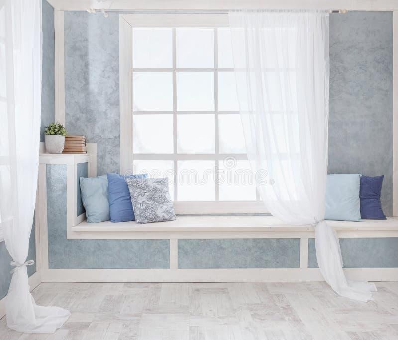 Ljus inre, fönster med gardiner, vit fönsterfönsterbräda, rum, arkivbilder