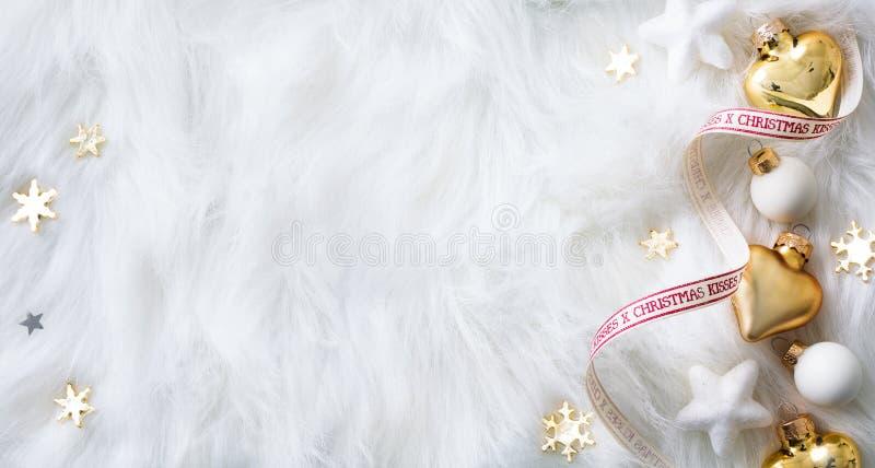 Ljus jul; Semestrar bakgrund med Xmas-garnering på wh arkivbild