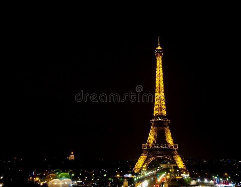Ljus kapacitetsshow av Eiffeltorn med mörk himmel royaltyfri fotografi