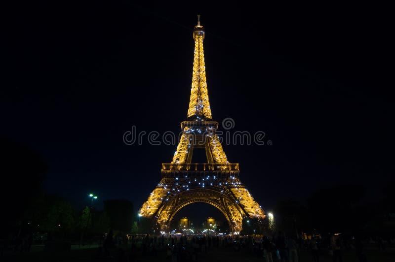Ljus kapacitetsshow för Eiffeltorn i skymning france paris royaltyfri fotografi