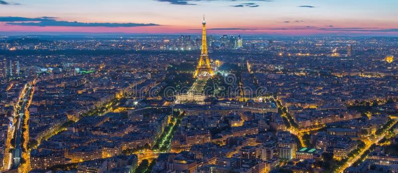 Ljus kapacitetsshow för Eiffeltorn på natten i Paris, Frankrike arkivbilder