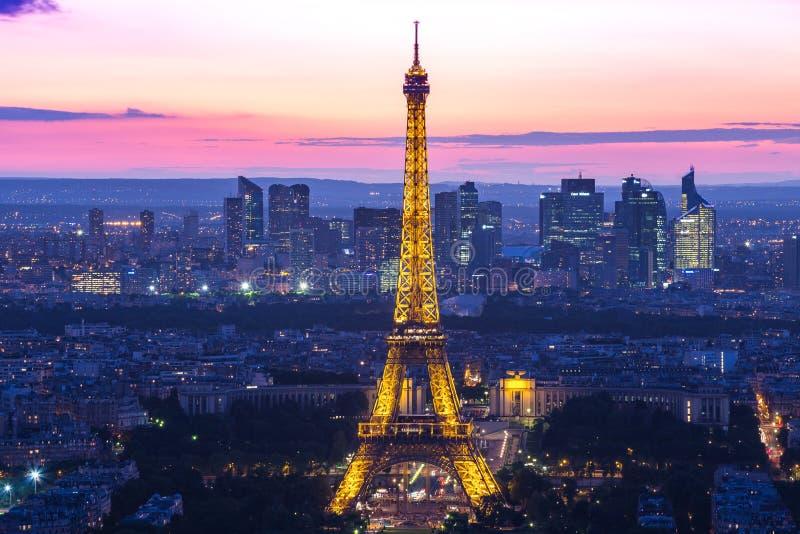 Ljus kapacitetsshow på Eiffeltorn i Paris, Frankrike royaltyfria bilder
