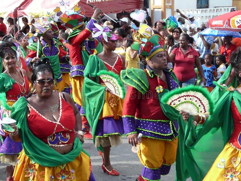 Ljus karnevalprocession av lokalinvånare Curacao nederl?ndska Antillerna Februari 3, 2008 royaltyfri fotografi