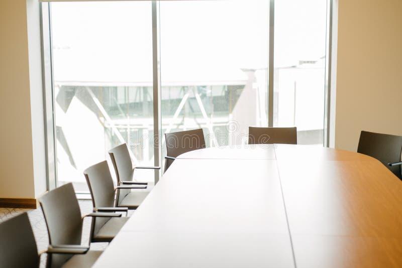 Ljus kontorskonferenskorridor arkivbild