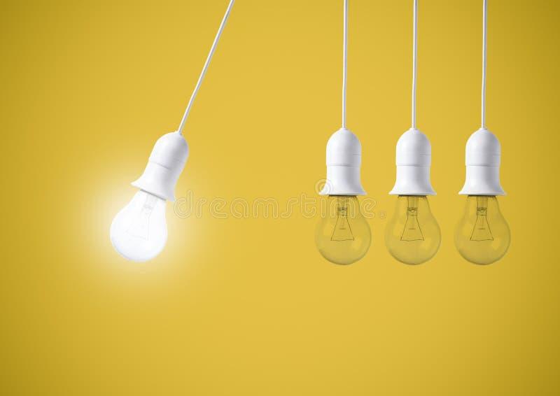 Ljus kula för skillnad på gul bakgrund Begrepp av nya idéer arkivbilder
