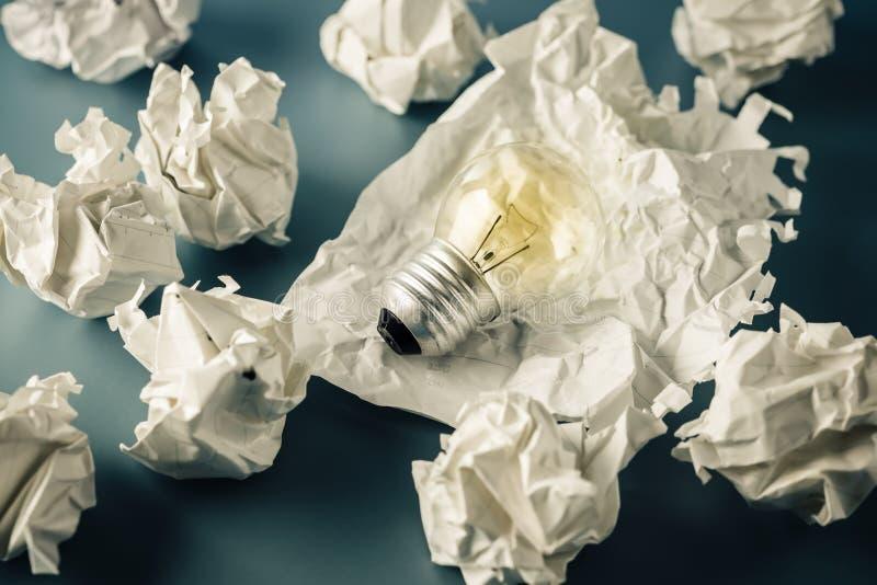 Ljus kula i avfallpapper arkivfoto