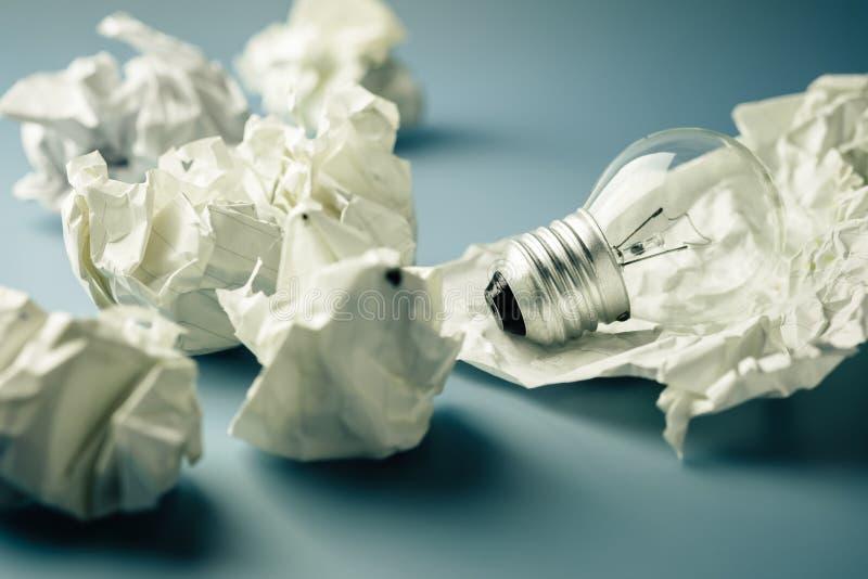 Ljus kula i avfallpapper arkivfoton