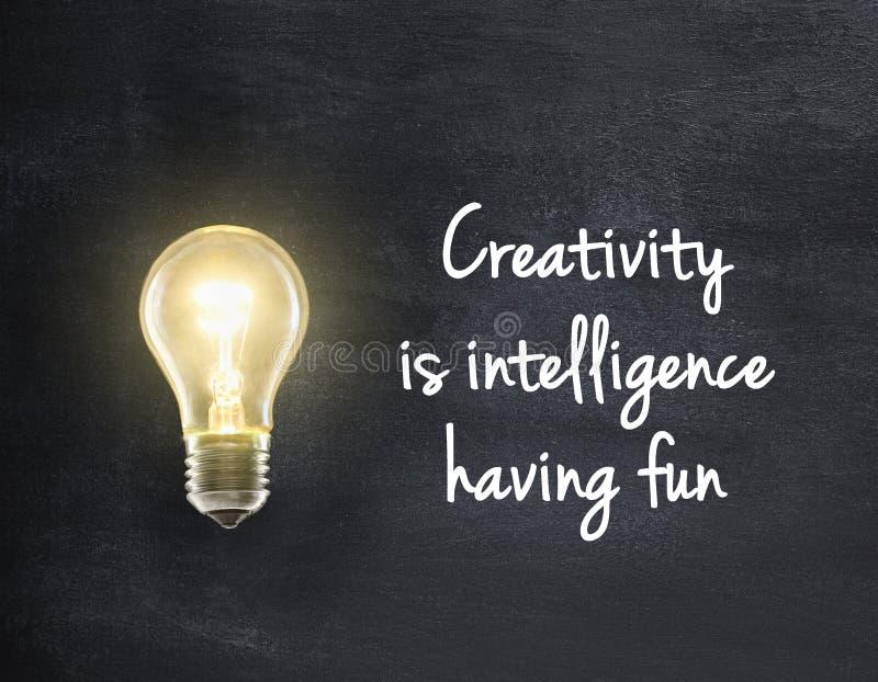 Ljus kula med kreativitetcitationstecken arkivbild
