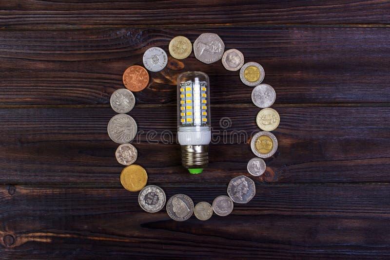 ljus kula på över högen av mynt - pengar, finans, besparingar begrepp och idé royaltyfria bilder