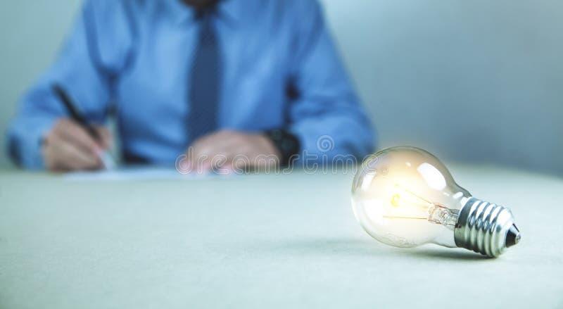 Ljus kula på affärsskrivbordet Affärspersonhandstil på ett pappers- Begrepp av ne royaltyfria foton
