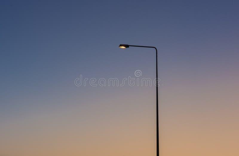 Ljus lampa för väg på solnedgång royaltyfria foton