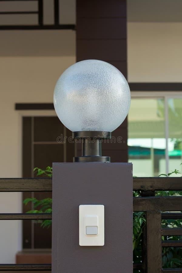 Ljus lampa på den bostads- främre porten av garnering royaltyfria bilder