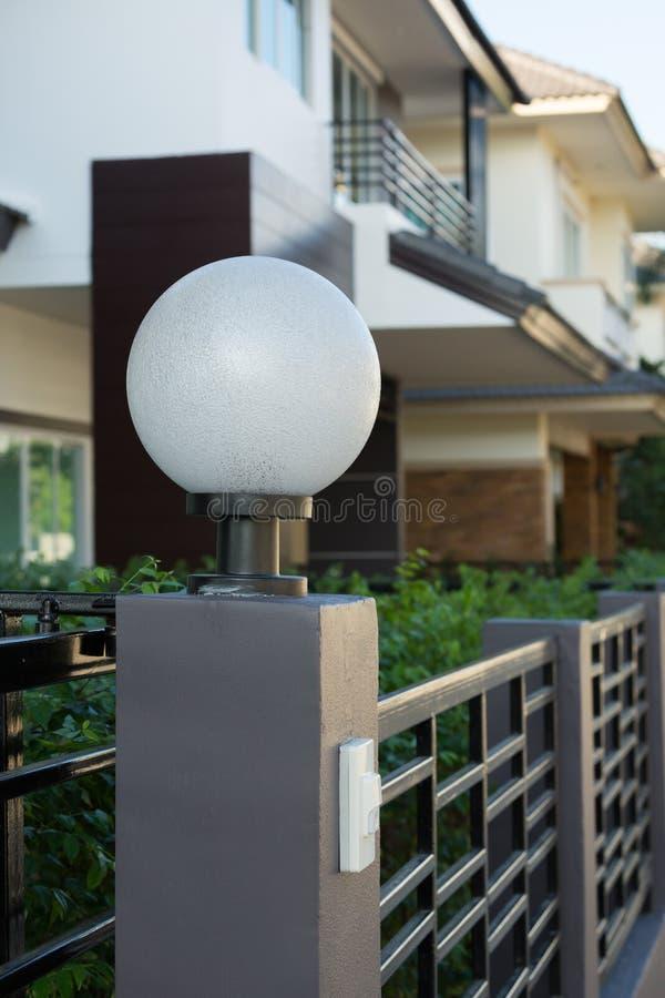 Ljus lampa på den bostads- främre porten av garnering arkivfoto