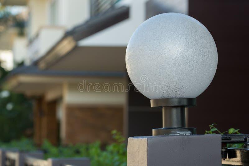 Ljus lampa på den bostads- främre porten av garnering fotografering för bildbyråer