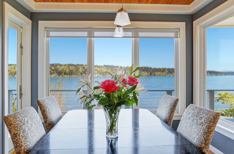 Ljus matsal med härlig sikt av sjön Washington arkivbild