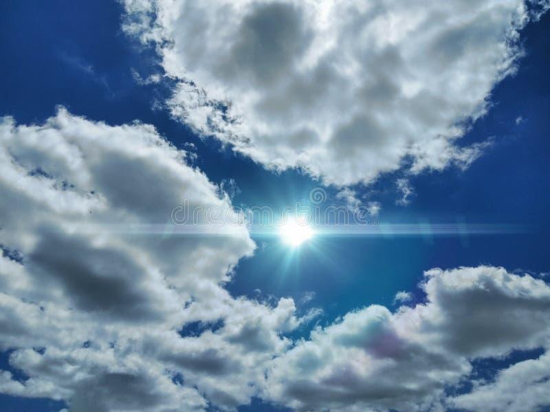 Ljus mellan molnen arkivfoto