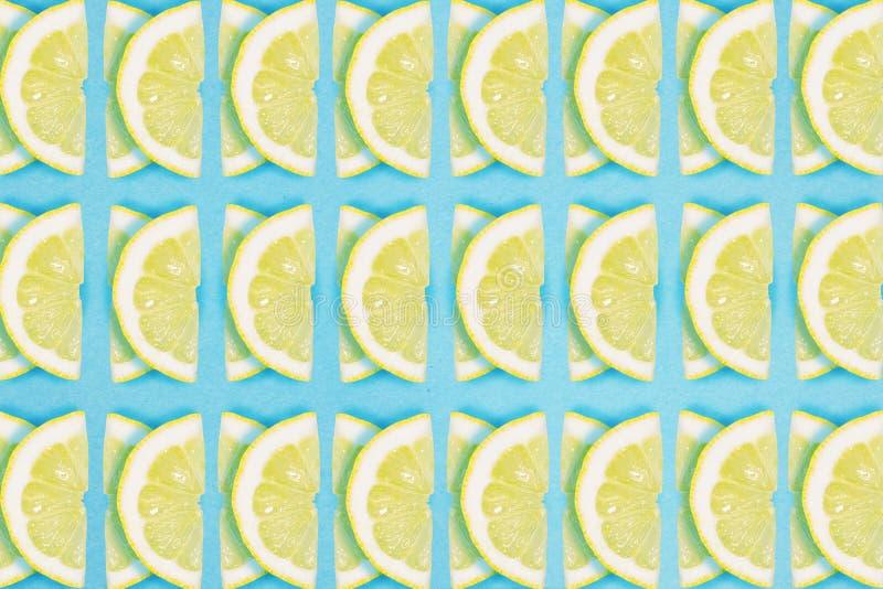 Ljus modell för citronskivarepetition på en blå bakgrund Plant lekmanna- sommarbegrepp royaltyfri bild
