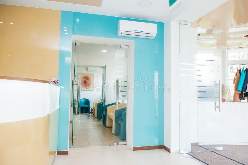 Ljus modern inre av den väntande korridoren med mottagande- och garderobzoner Selektivt fokusera arkivfoto
