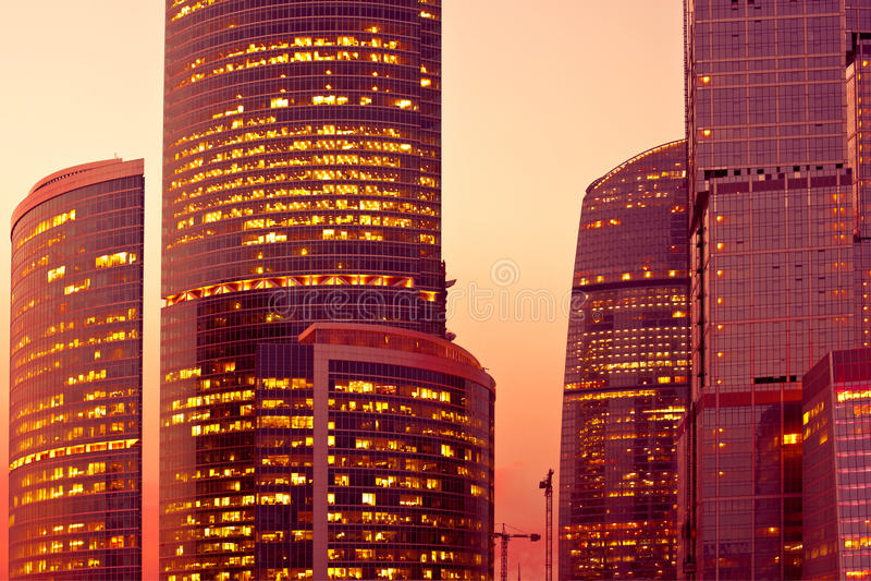 ljus modern skyskrapasolnedgång royaltyfri foto