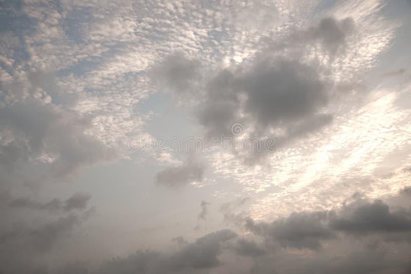 Ljus molnnederlagsol royaltyfri fotografi