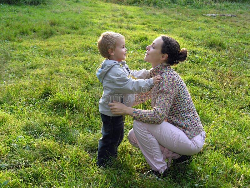 ljus mor mitt emot son fotografering för bildbyråer