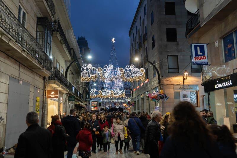 Ljus- och Cristmas garneringar i staden av Vigo arkivbild