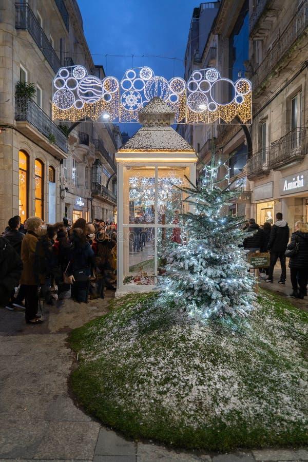 Ljus- och Cristmas garneringar i staden av Vigo arkivfoton