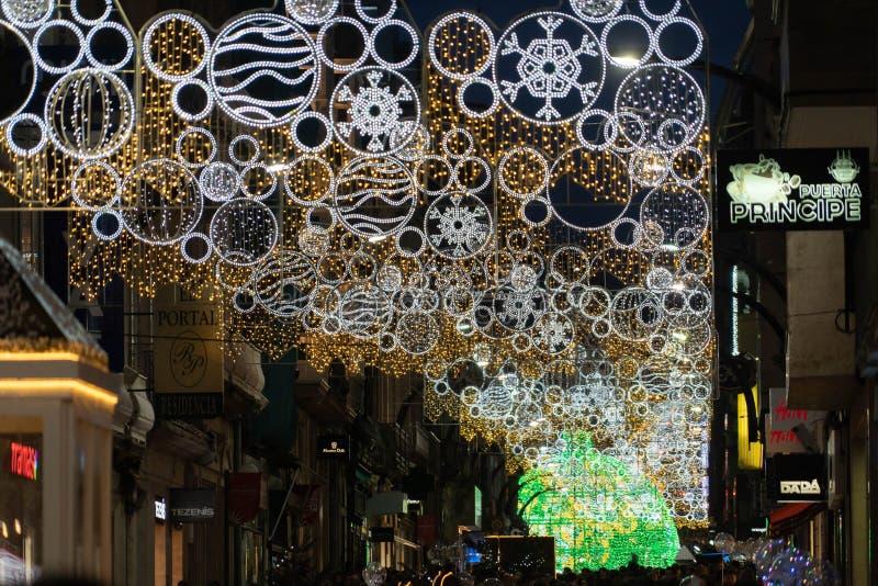 Ljus- och Cristmas garneringar i staden av Vigo royaltyfri fotografi