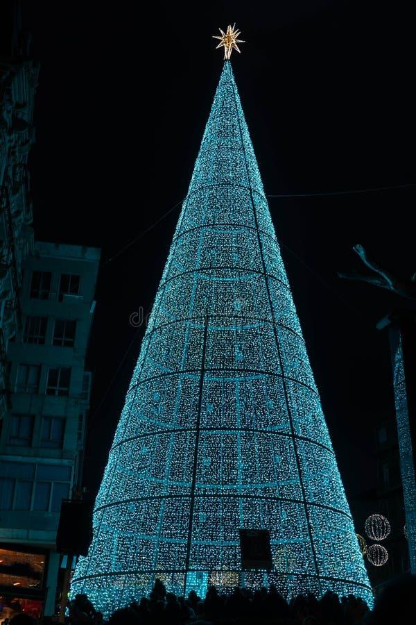 Ljus- och Cristmas garneringar i staden av Vigo royaltyfria foton