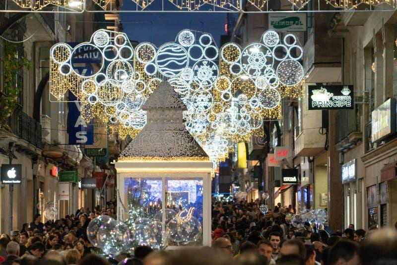 Ljus- och Cristmas garneringar i staden av Vigo arkivbilder
