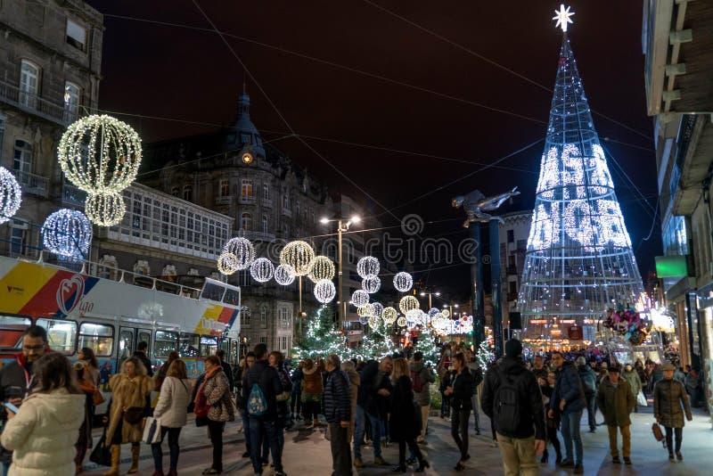 Ljus- och Cristmas garneringar i staden av Vigo royaltyfria bilder