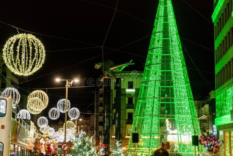 Ljus- och Cristmas garneringar i staden av Vigo arkivfoto
