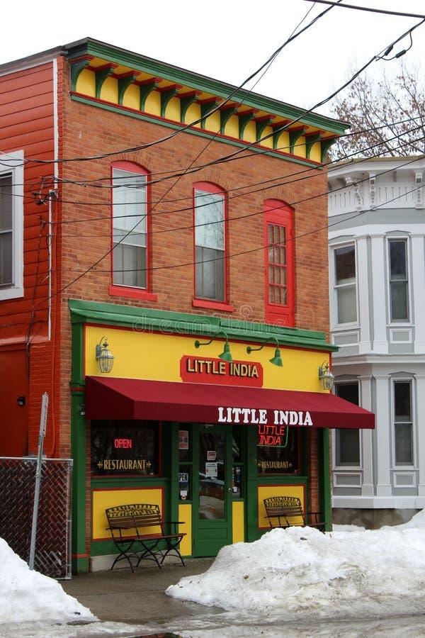 Ljus och färgrik fasad av den lokala lilla Indien restaurangen, Saratoga Springs, New York, 2019 arkivfoto