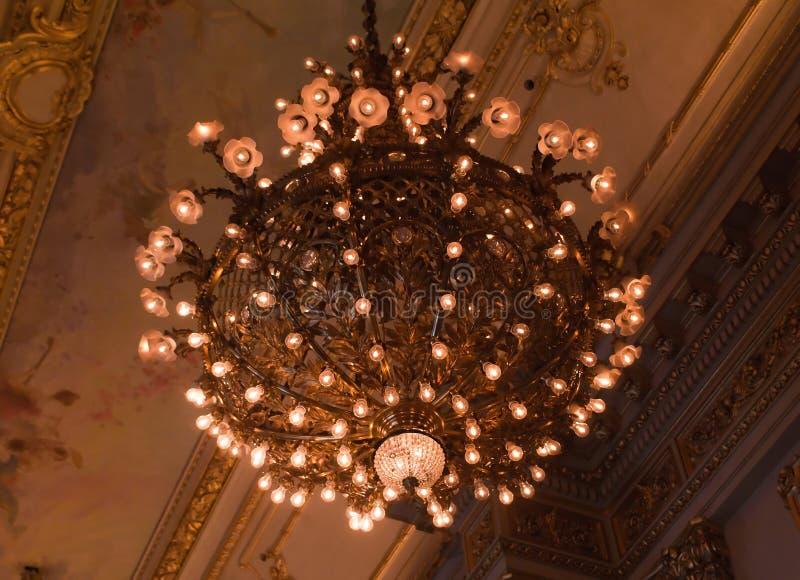Ljus och garneringar inom det Teatro kolonet i Buen arkivbilder