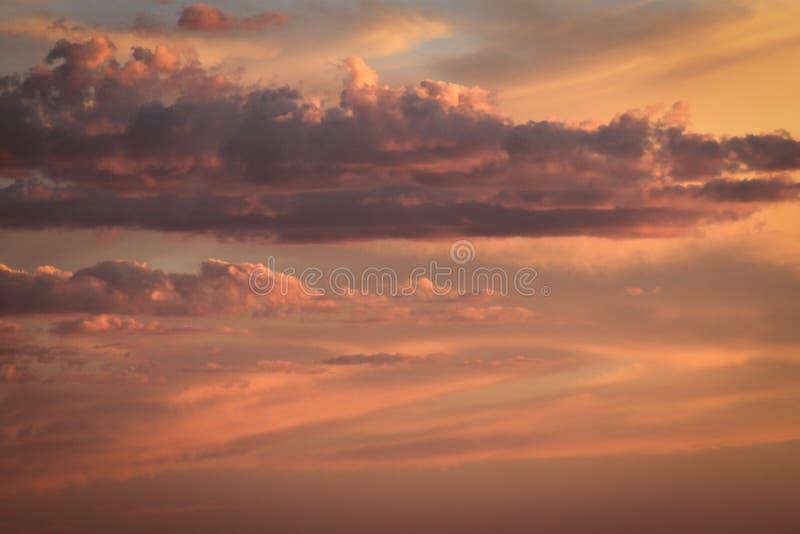Ljus och moln i himlen på solnedgången fotografering för bildbyråer