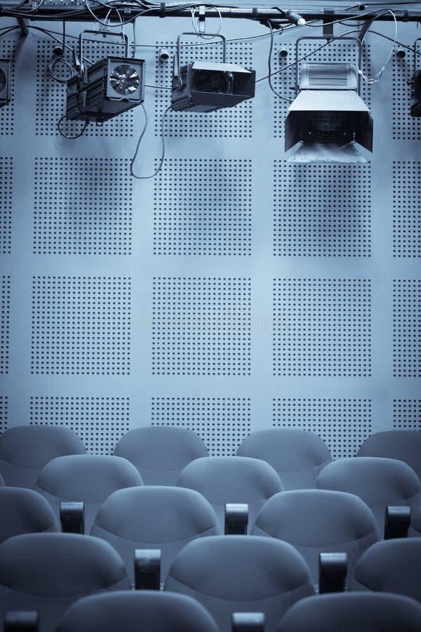 Ljus och rader av platser i en bio arkivfoto
