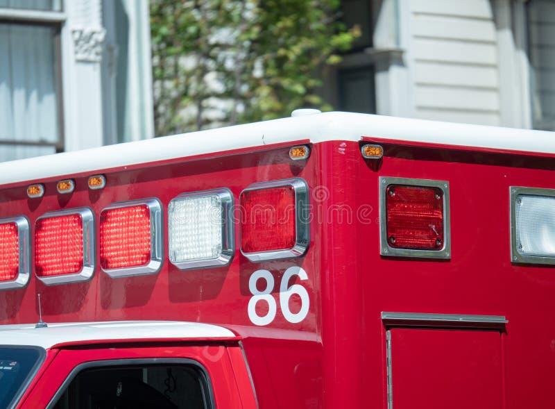 Ljus och siren på överkanten av en ambulans åker lastbil fotografering för bildbyråer