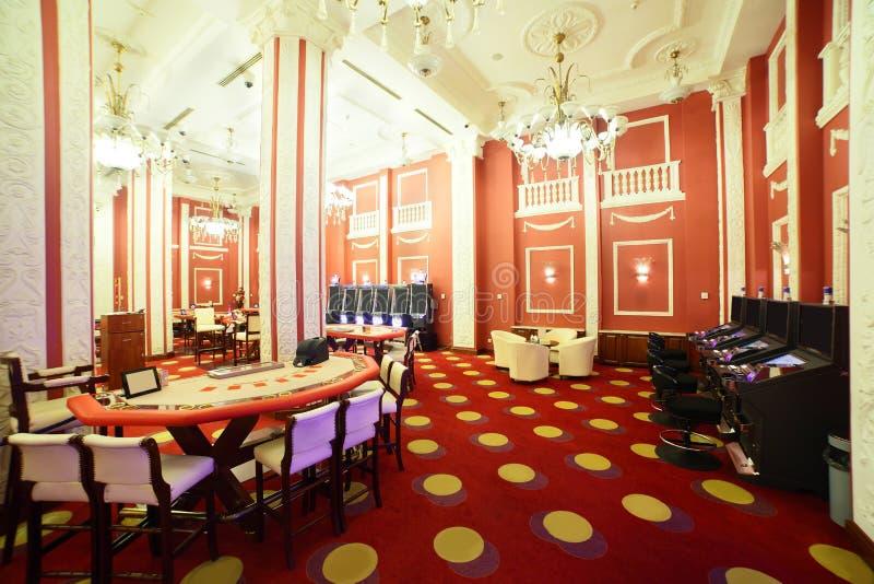 Ljus och trendig kasino med tabeller royaltyfri foto