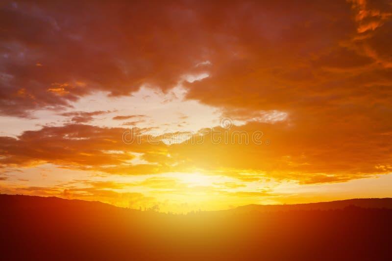 Ljus orange himmel fördunklar för regn på solnedgången moln på solnedgången för bakgrund royaltyfri foto