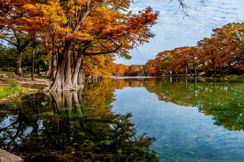 Ljus orange nedgånglövverk på Crystal Clear River på Garner State Park, Texas royaltyfri bild