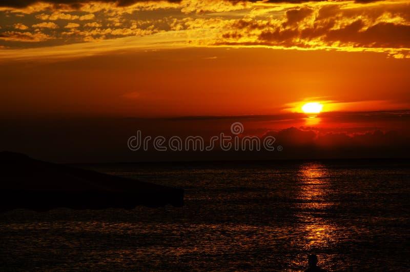 Ljus orange solnedgång på havet royaltyfria bilder