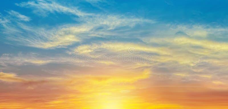 Ljus orange solnedgånghimmel med den breda naturen för solljus för banerbakgrund royaltyfria foton