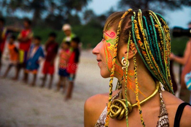 Ljus ovanlig flicka på den Goa karnevalet royaltyfri foto