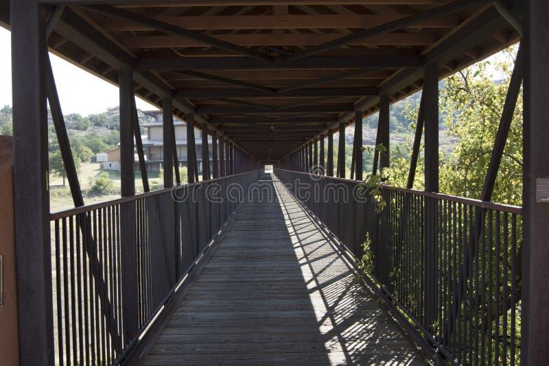 Ljus på slutet av bron royaltyfri fotografi