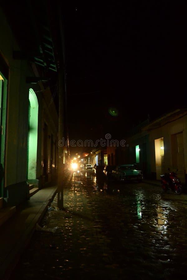 Ljus på slutet av en mörk gata cuba trinidad arkivbilder